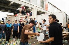 Quito Ekwador, Kwiecień, -, 23, 2016: Niezidentyfikowani mieszkanowie providing pomocy ofiarom klęsk jedzenie Quito, odziewają, m Obrazy Stock