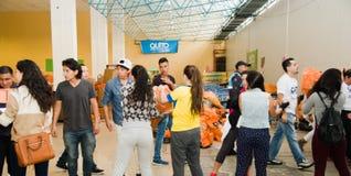 Quito Ekwador, Kwiecień, -, 23, 2016: Niezidentyfikowani mieszkanowie providing pomocy ofiarom klęsk jedzenie Quito, odziewają, m Zdjęcie Stock