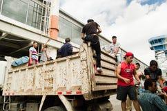 Quito Ekwador, Kwiecień, -, 23, 2016: Niezidentyfikowani mieszkanowie providing pomocy ofiarom klęsk jedzenie Quito, odziewają, m Obraz Stock