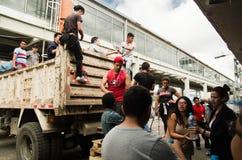 Quito Ekwador, Kwiecień, -, 23, 2016: Niezidentyfikowani mieszkanowie providing pomocy ofiarom klęsk jedzenie Quito, odziewają, m Fotografia Stock