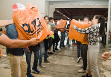 Quito Ekwador, Kwiecień, -, 23, 2016: Niezidentyfikowani mieszkanowie providing pomocy ofiarom klęsk jedzenie Quito, odziewają, m Zdjęcia Stock