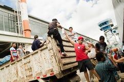 Quito Ekwador, Kwiecień, -, 23, 2016: Niezidentyfikowani mieszkanowie providing pomocy ofiarom klęsk jedzenie Quito, odziewają, m Fotografia Royalty Free