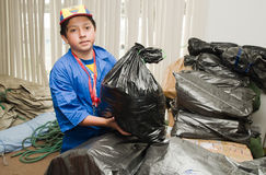 Quito Ekwador, Kwiecień, - 23, 2016: Niezidentyfikowani mieszkanowie providing pomocy ofiarom klęsk jedzenie Quito, odziewają, me Fotografia Stock
