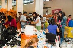 Quito Ekwador, Kwiecień, - 23, 2016: Niezidentyfikowani mieszkanowie providing pomocy ofiarom klęsk jedzenie Quito, odziewają, me Zdjęcie Royalty Free