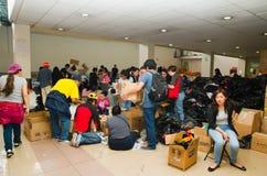 Quito Ekwador, Kwiecień, - 23, 2016: Niezidentyfikowani mieszkanowie providing pomocy ofiarom klęsk jedzenie Quito, odziewają, me Obraz Royalty Free