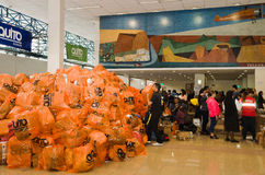 Quito Ekwador, Kwiecień, - 23, 2016: Niezidentyfikowani mieszkanowie providing pomocy ofiarom klęsk jedzenie Quito, odziewają, me Obraz Stock