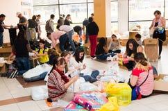 Quito Ekwador, Kwiecień, - 23, 2016: Niezidentyfikowani mieszkanowie providing pomocy ofiarom klęsk jedzenie Quito, odziewają, me Obrazy Royalty Free