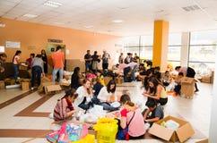 Quito Ekwador, Kwiecień, - 23, 2016: Niezidentyfikowani mieszkanowie providing pomocy ofiarom klęsk jedzenie Quito, odziewają, me Fotografia Royalty Free