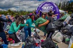 Quito Ekwador, Kwiecień, -, 17, 2016: Niezidentyfikowani mieszkanowie providing pomocy ofiarom klęsk jedzenie Quito, odziewają, m Zdjęcie Stock