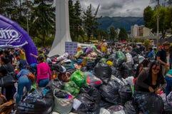 Quito Ekwador, Kwiecień, -, 17, 2016: Niezidentyfikowani mieszkanowie providing pomocy ofiarom klęsk jedzenie Quito, odziewają, m Fotografia Stock