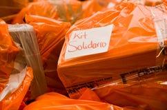 Quito Ekwador, Kwiecień, - 23, 2016: Pomocy ofiarom klęsk jedzenie, odziewa, medycyna i woda dla trzęsienie ziemi ocalały w wybrz Obrazy Stock