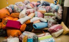 Quito Ekwador, Kwiecień, - 23, 2016: Pomocy ofiarom klęsk jedzenie, odziewa, medycyna i woda dla trzęsienie ziemi ocalały w wybrz Zdjęcie Royalty Free