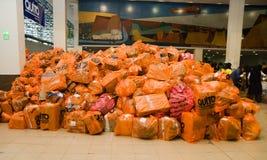 Quito Ekwador, Kwiecień, - 23, 2016: Pomocy ofiarom klęsk jedzenie, odziewa, medycyna i woda dla trzęsienie ziemi ocalały w wybrz Obraz Stock