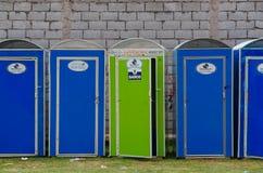 QUITO EKWADOR, LIPIEC, - 7, 2015: Eco przenośni toiletes w błękitnym i zielonym kolorze, jawne wydarzenie potrzeby Obraz Stock