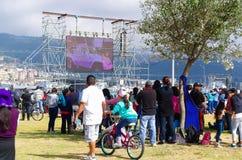 QUITO EKWADOR, LIPIEC, - 7, 2015: Ludzie patrzeje w dużym ekranie małą drogę któremu zrobił wokoło masy pope Francisco Zdjęcia Royalty Free