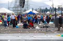 QUITO EKWADOR, LIPIEC, - 7, 2015: Po tym jak pope Francisco masy wydarzenie, ludzie próbuje wydostawał się Rainning przychodzi, m Obraz Stock