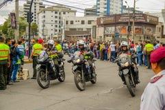 QUITO EKWADOR, LIPIEC, - 7, 2015: Pope Francisco ochrona wokoło miasta, ludzie mówi powitanie na ulicach policja Zdjęcia Royalty Free