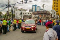 QUITO EKWADOR, LIPIEC, - 7, 2015: Pope Francisco robi wizycie na ulicach Ekwador, samochód na przodzie z ciałem Obrazy Stock