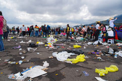 QUITO EKWADOR, LIPIEC, - 7, 2015: W ten sposób okropna fotografia, śmieci na podłoga, ludzie przechodzi wokoło to i pobyt, Obraz Royalty Free