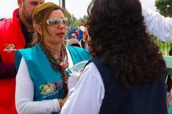 QUITO EKWADOR, LIPIEC, - 7, 2015: Wolontariuszowi dają communion kobieta, pope Francisco masy organizacja Obraz Stock