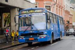 QUITO, EKWADOR LISTOPAD, 28, 2017: Autobus przy dziejowym centrum, transport publiczny stary grodzki Quito w północnym Ekwador we Fotografia Royalty Free