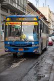 QUITO, EKWADOR LISTOPAD, 28, 2017: Autobus przy dziejowym centrum, transport publiczny stary grodzki Quito w północnym Ekwador we Obrazy Stock