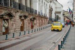 QUITO, EKWADOR LISTOPAD, 28, 2017: Niektóre samochody przy dziejowym centrum w ulicach stary grodzki Quito w północnym Ekwador, Fotografia Stock