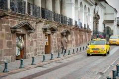 QUITO, EKWADOR LISTOPAD, 28, 2017: Niektóre samochody przy dziejowym centrum w ulicach stary grodzki Quito w północnym Ekwador, Zdjęcia Stock