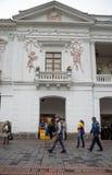 QUITO, EKWADOR LISTOPAD, 28, 2017: Niezidentyfikowani ludzie chodzi przy dziejowym centrum stary grodzki Quito w północnym Obraz Stock