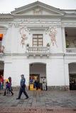 QUITO, EKWADOR LISTOPAD, 28, 2017: Niezidentyfikowani ludzie chodzi przy dziejowym centrum stary grodzki Quito w północnym Obrazy Stock
