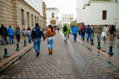 QUITO, EKWADOR LISTOPAD, 28, 2017: Niezidentyfikowani ludzie chodzi przy dziejowym centrum stary grodzki Quito w północnym Fotografia Stock
