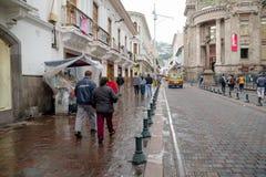 QUITO, EKWADOR LISTOPAD, 28, 2017: Niezidentyfikowani ludzie chodzi przy dziejowym centrum stary grodzki Quito w północnym Zdjęcie Royalty Free