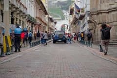 QUITO, EKWADOR LISTOPAD, 28, 2017: Niezidentyfikowani ludzie chodzi przy dziejowym centrum stary grodzki Quito w północnym Zdjęcie Stock