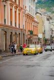 QUITO, EKWADOR LISTOPAD, 28, 2017: Niezidentyfikowani ludzie chodzi przy dziejowym centrum z niektóre samochodami w ulicach stary Fotografia Stock
