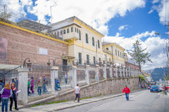 QUITO EKWADOR, LISTOPAD, - 23, 2016: Niezidentyfikowani ludzie chodzi przy outside, w starym więźniarskim Karnym Garcia Moreno w Zdjęcia Stock