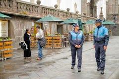 QUITO, EKWADOR LISTOPAD, 28, 2017: Niezidentyfikowani wielkomiejscy funkcjonariuszi policji chodzi przy dziejowym centrum stary m Obraz Royalty Free