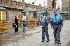 QUITO, EKWADOR LISTOPAD, 28, 2017: Niezidentyfikowani wielkomiejscy funkcjonariuszi policji chodzi przy dziejowym centrum stary m Zdjęcie Stock