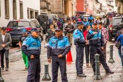 QUITO, EKWADOR LISTOPAD, 28, 2017: Niezidentyfikowani wielkomiejscy funkcjonariuszi policji chodzi przy dziejowym centrum stary m Fotografia Royalty Free