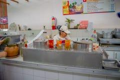 QUITO EKWADOR, LISTOPAD, - 23, 2016: Niezidentyfikowany kobiety sprzedawania jedzenie przy miejskim rynkiem lokalizować w San Fra Zdjęcie Stock