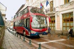 QUITO, EKWADOR LISTOPAD, 28, 2017: Piękna czerwona wycieczka autobusowa przy dziejowym centrum stary grodzki Quito w północnym Ek Fotografia Royalty Free