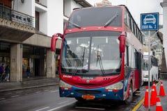 QUITO, EKWADOR LISTOPAD, 28, 2017: Piękna czerwona wycieczka autobusowa przy dziejowym centrum stary grodzki Quito w północnym Ek Obrazy Stock