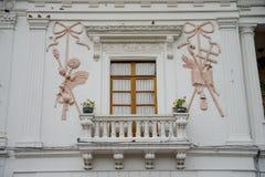 QUITO, EKWADOR LISTOPAD, 28, 2017: Piękna rzeźbiąca ściana w wspaniałym białym budynku przy dziejowym centrum stary miasteczko Obrazy Royalty Free