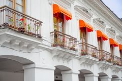 QUITO, EKWADOR LISTOPAD, 28, 2017: Piękny biały budynek z niektóre roślinami wśrodku garnków przy dziejowym centrum stary Zdjęcie Royalty Free