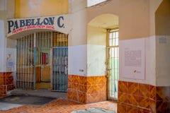 QUITO EKWADOR, LISTOPAD, - 23, 2016: Plenerowy widok stary opustoszały niewygładzony budynek w starym więźniarskim Karnym Garcia  Obrazy Stock