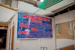 QUITO EKWADOR, LISTOPAD, - 23, 2016: Pouczający znak stary kamienny ostrzarza młyn robić produkować mąkę, salowy lokalizować Obraz Royalty Free