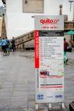 QUITO, EKWADOR LISTOPAD, 28, 2017: pouczający znak wycieczki autobusowej trasa przy dziejowym centrum stary grodzki Quito w półno Zdjęcia Royalty Free