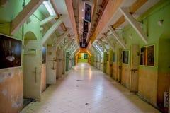 QUITO EKWADOR, LISTOPAD, - 23, 2016: Salowy widok stary opustoszały niewygładzony budynek, komórki więźniowie w starym więzieniu Fotografia Royalty Free