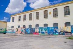 QUITO EKWADOR, LISTOPAD, - 23, 2016: Sztuka przy podwórko ścianami wśrodku starego więźniarskiego Karnego Garcia Moreno w mieście Obrazy Royalty Free