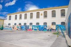 QUITO EKWADOR, LISTOPAD, - 23, 2016: Sztuka przy podwórko ścianami wśrodku starego więźniarskiego Karnego Garcia Moreno w mieście Fotografia Stock