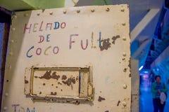 QUITO EKWADOR, LISTOPAD, - 23, 2016: Sztuka z słowami w drzwiach wśrodku więzienia w starym więźniarskim Karnym Garcia, Obrazy Stock